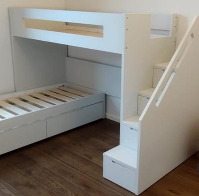 מיטה בריש עם מעקה
